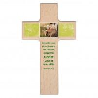 Croix en bois brut Mot d'ordre 2022 Rom.15 v 7
