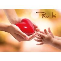 MINI CARTE : Mains d'adulte offrant un coeur à mains d'enfant