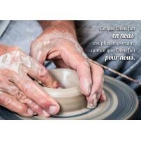 CARTE PENSEE : Potier en train de façonner un vase