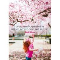 CARTE PENSEE : Enfant jouant sous un arbre en fleurs