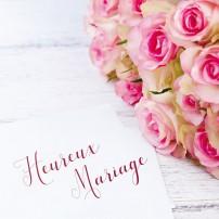 Message posé à côté d'un bouquet de mariage