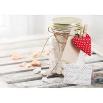 Carte Sans Texte Pot de bonbons, cœur et pétales sur une table