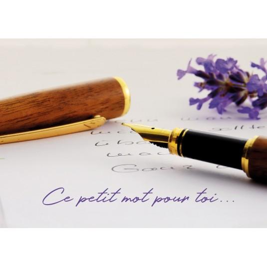 Carte Avec Message Un stylo à plume posé sur une lettre