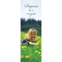 Signet Fillette qui ceuille des fleurs dans un champ