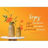 Carte Avec Verset Bouquets dans des vases sur une table