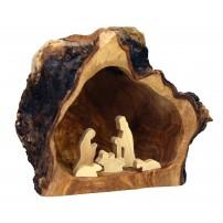 Crèche en bois dans une grotte d'olivier
