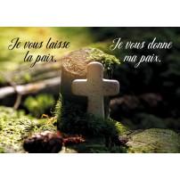 Mini Carte Petite croix en pierre posée dans la forêt