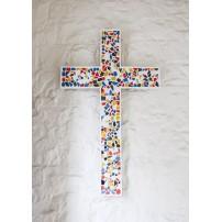 CARTE ST : Croix en mosaïque accrochée sur un mur blanc